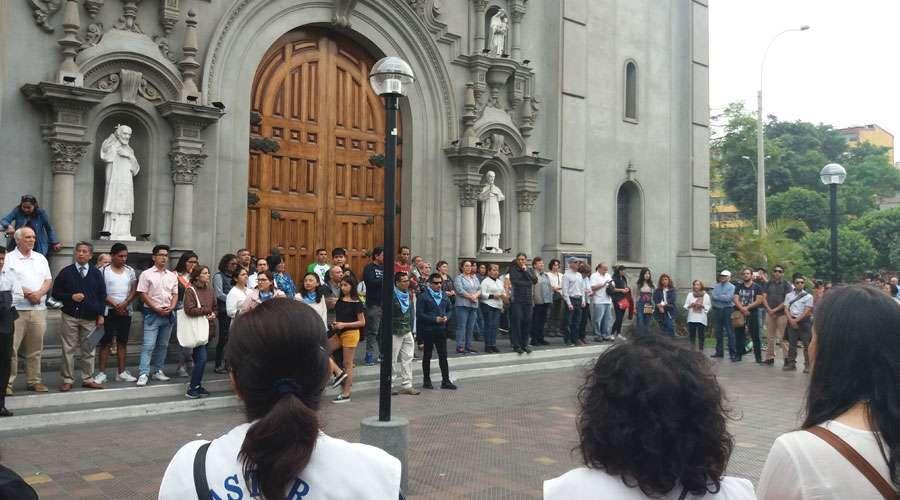 Lima (Perú): Muro humano defiende iglesia con oraciones ante manifestación feminista